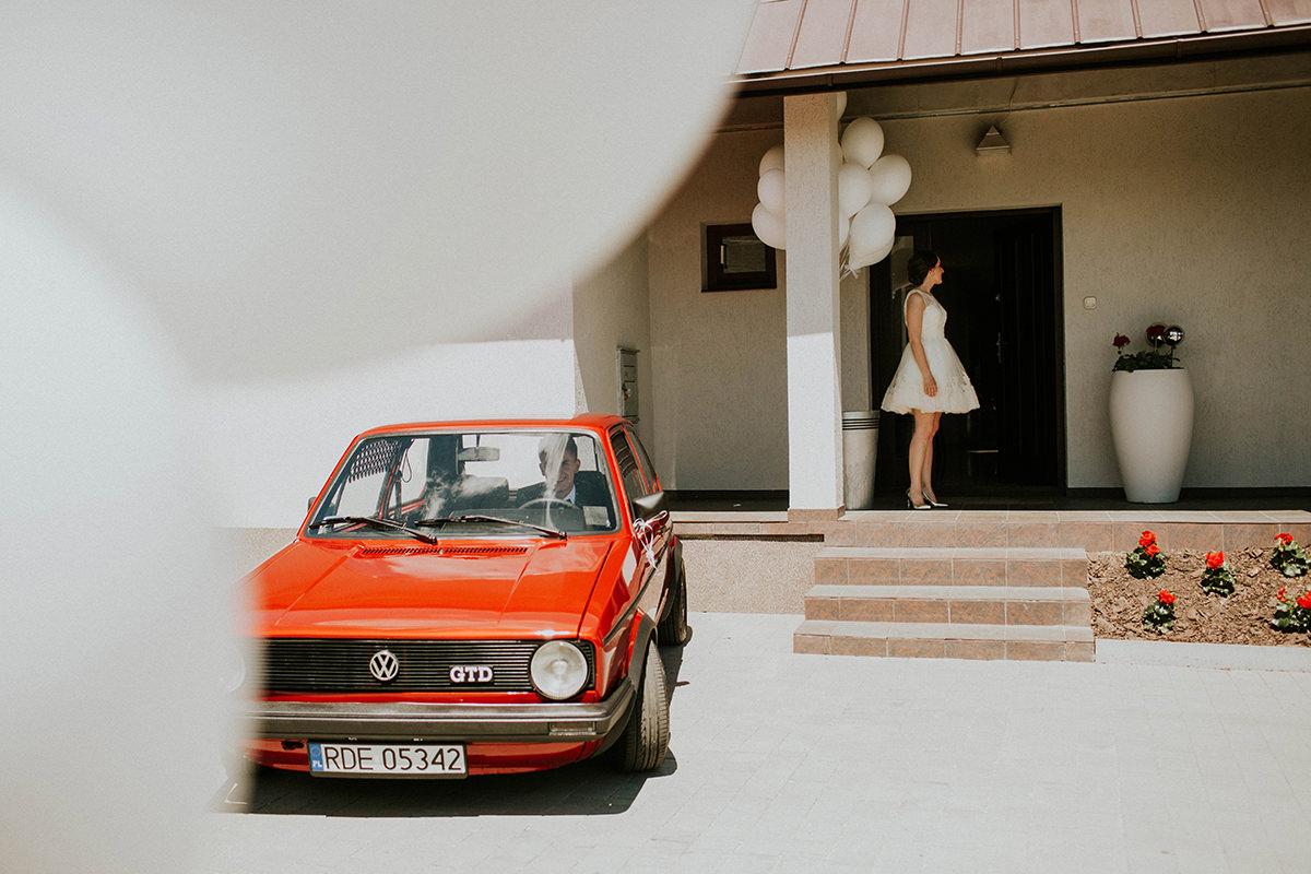 Krakow-fotograf-slubny-piekne-zdjecia-slubne-eleganckie-auto-na-wesele