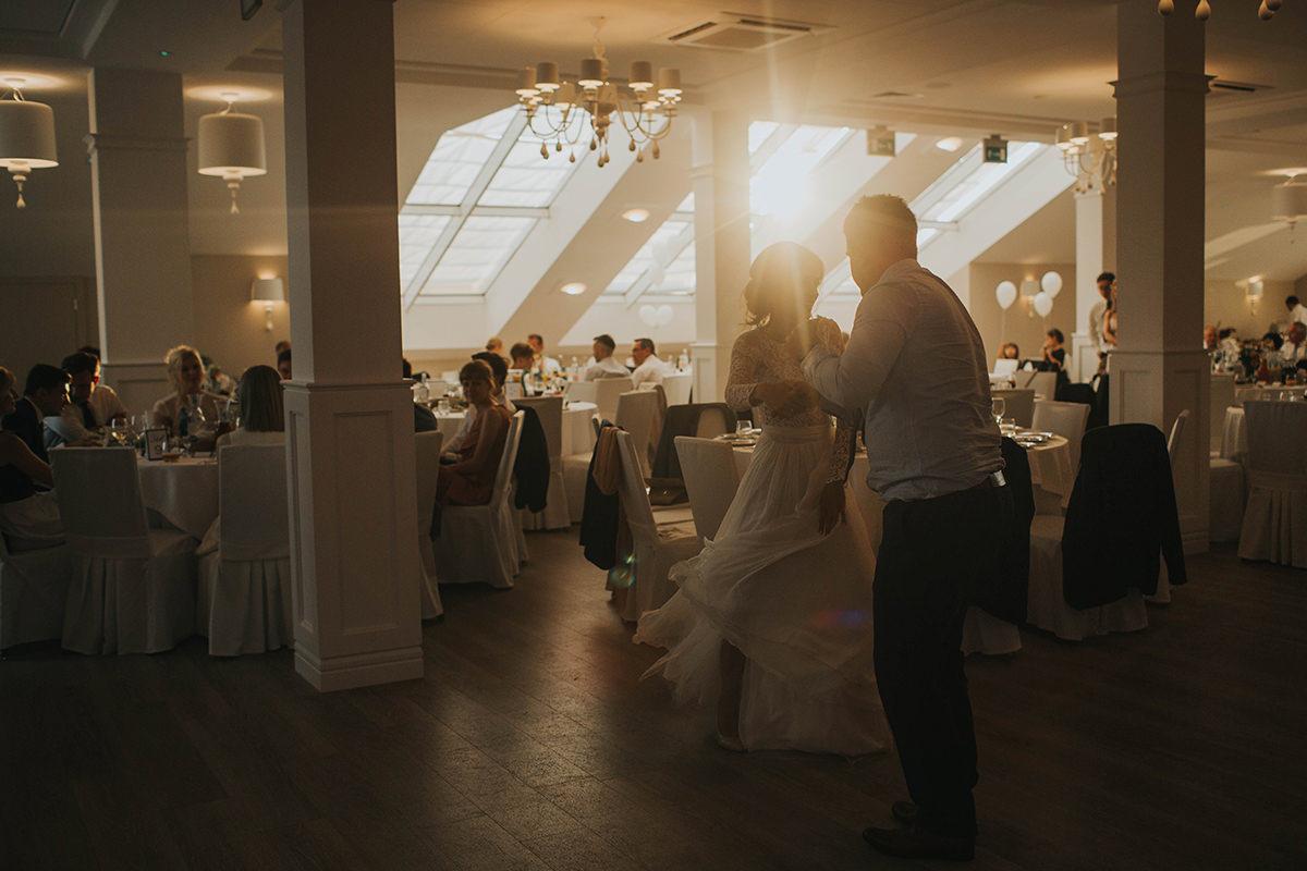 fotografia-slubna-stylowe-wesele-slub-marzen-najpiekniejsze-sluby-zdjecia-slubne-biala-przystan-lokal-weselny