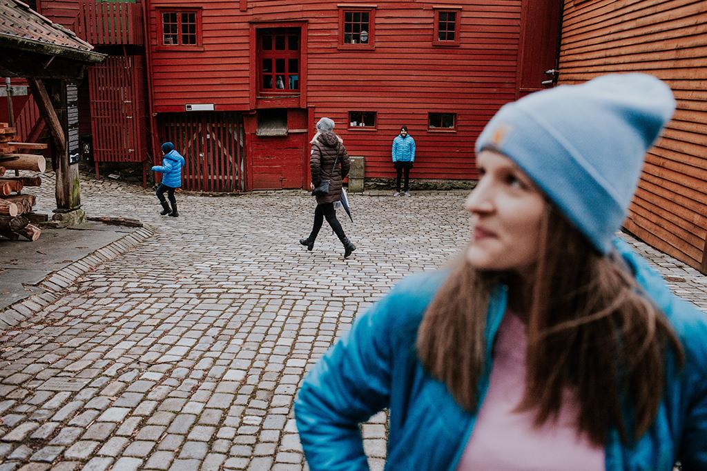 norwegia-bergen-bryggen-fotograf-slubny-warszawa-sesja-za-granica