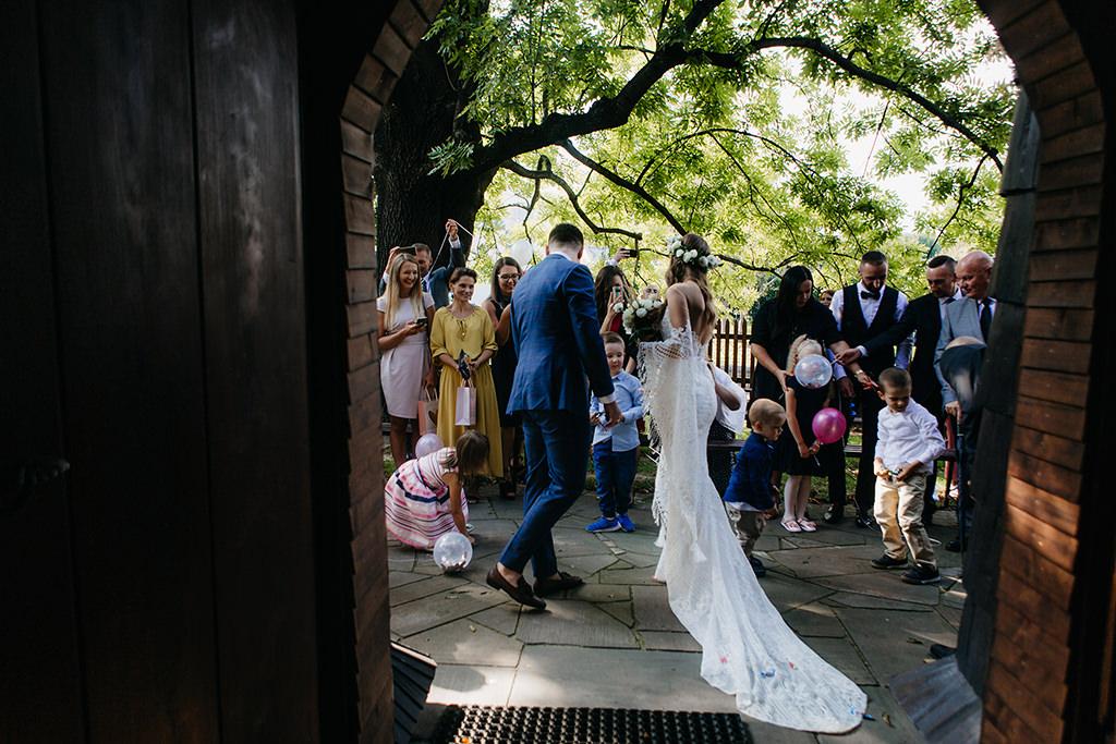 piekny-slub-wesele-w-stylu-hollywood-wesele-w-plenerze-imperial-wedding-wianek-slubny-fotografia-slubna-krakow-fotograf-z-krakowa-aleksandra-nowak-sesja-zdjeciowa-mustang-do-slubu-suknia-slubna-madonna-wesele-w-stylu-boho-cztery-kadry